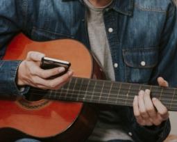 6 aplicativos para afinar violão que você vai querer conhecer