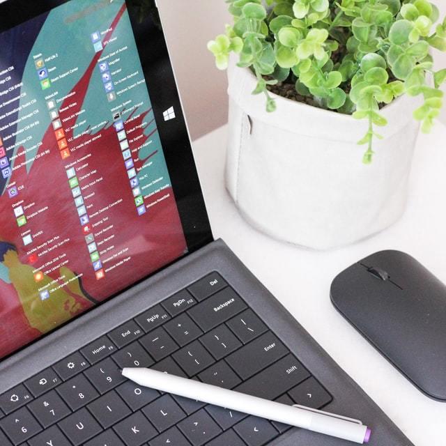 Notebook ligado com uma caneta sobre o teclado