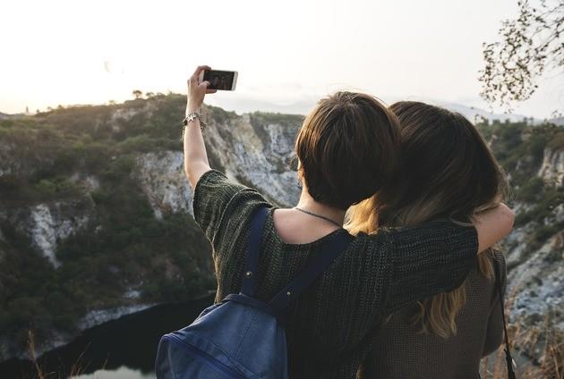 Casal ou amigos tiram selfie