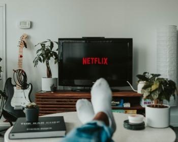 Como conectar o celular na TV que não é smart de 5 formas diferentes