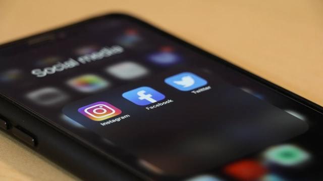 Smartphone ligado com apps de redes sociais como Fcaebook, Twitter e Instagram