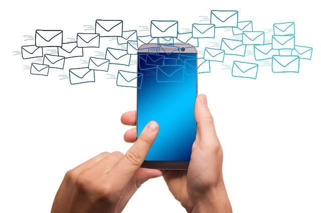 Imagem de smartphone em fundo branco recebendo muitas mensagens