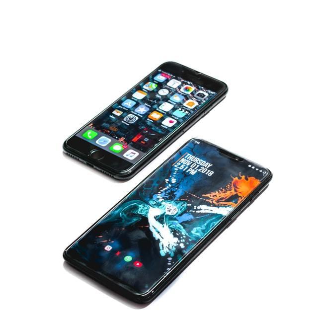 celular android e iphone em um fundo branco