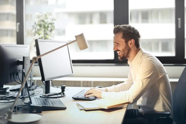 Homem no computador