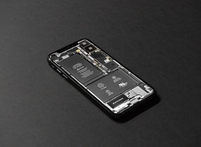 traseira de smartphone com a bateria à mostra