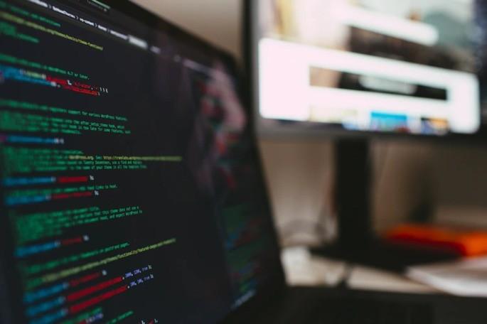 tela do computador com códigos escritos