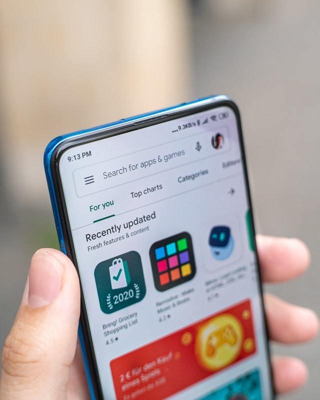 Mão segura smartphone com tela ligada na App Store