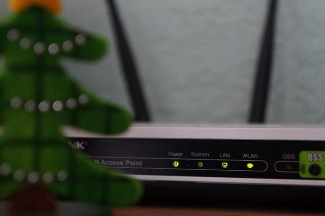 Roteador de Wi-Fi escondido atrás de uma árvore de Natal