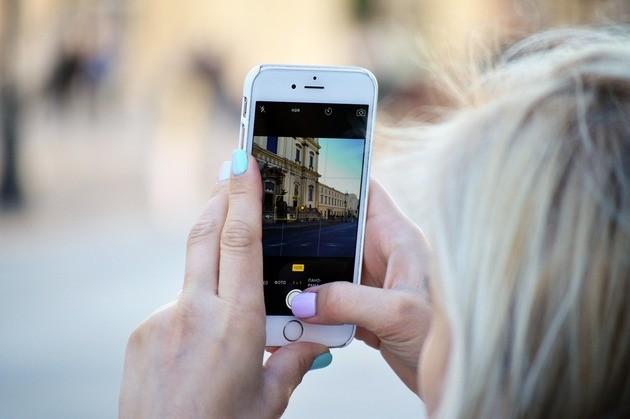 Mulher tira foto para o Instagram