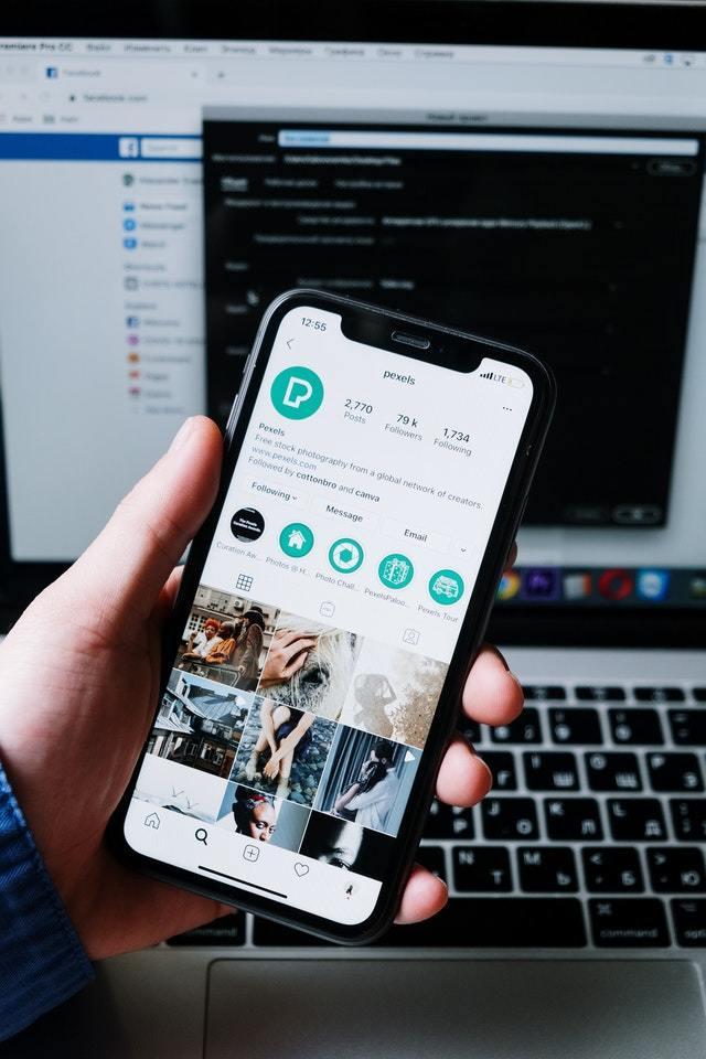 celular na mão com instagram aberto em um perfil de usuário