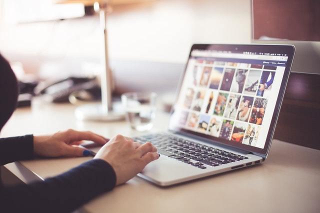 imagem de um computador aberto em uma tela cheia de fotos