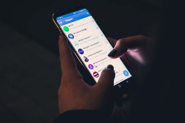 Pessoa usa aplicativo do Telegram no celular