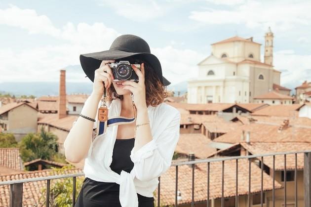 Turista mulher fótografa a tirar fotos