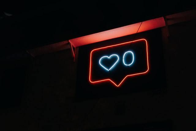 letreiro iluminado com balão e coração que remetem ao Instagram