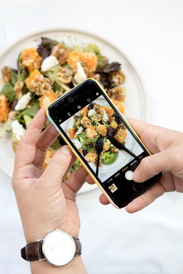 iPhone faz foto de comida pelo Instagram