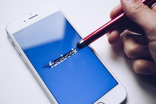 Tela do Facebook com o nome da rede social riscado