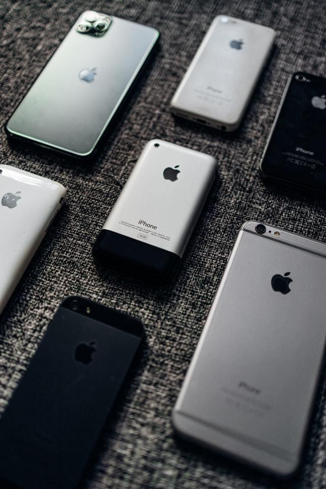Mesa com diferentes modelos de iPhone