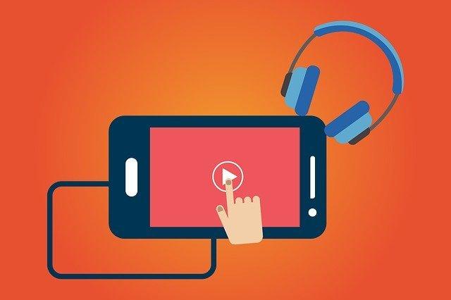 Ilustração de smartphone conectado a um fone de ouvido e com o ícone do YouTube na tela