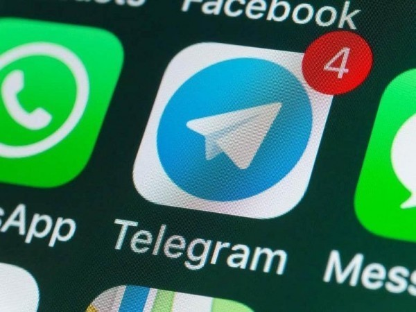 tela de smartphone com os ícones do Telegram, Facebook e WhatsApp