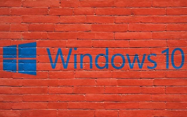 Imagem de parede de tijolos com o logo do Windows 10 pintado