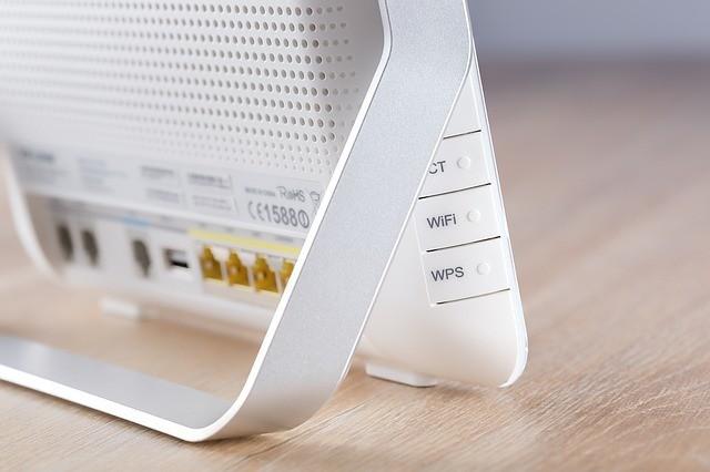 Imagem de roteador com destaque para o botão WPS